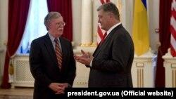 Президент України Петро Порошенко і радник президента США з питань національної безпеки Джон Болтон (ліворуч). Київ, 24 серпня 2018 року