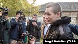 Түрмеден босап шыққан Евгений Макаров (оң жақта) журналистерге сұхбат беріп тұр. Ярославль, 2 қазан 2018 жыл.