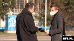 Візитер ОП знову пропонує поговорити в стороні – однак експрокурор Кулик зауважує, що журналіст ще з ним «не договорив»