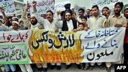 Вилкстин сүрөттөрү жарыялангандан кийинки нааразылыктан бир көрүнүш: Пакистанда демонстранттар Швецияга нааразылык билдиришти, Лахор, 31-август, 2007