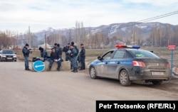 Полицейский пост на въезде в село Каракемер. Жамбылская область, 26 февраля 2020 года.