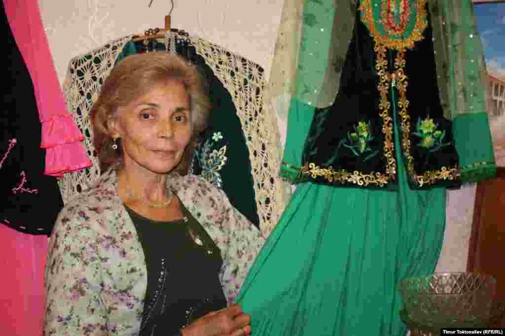 Рашида Измайлова татарлардын кийимдерин тигет.