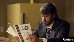 بن افلک در فیلم خود آرگو در نقش مامور سازمان سیا که کارمندان سفارت را از ایران فراری داد