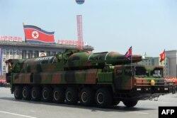 Un vehicol militar nord-coreean care transportă ceea ce se crede a fi o rachetă din clasa Taepodong.