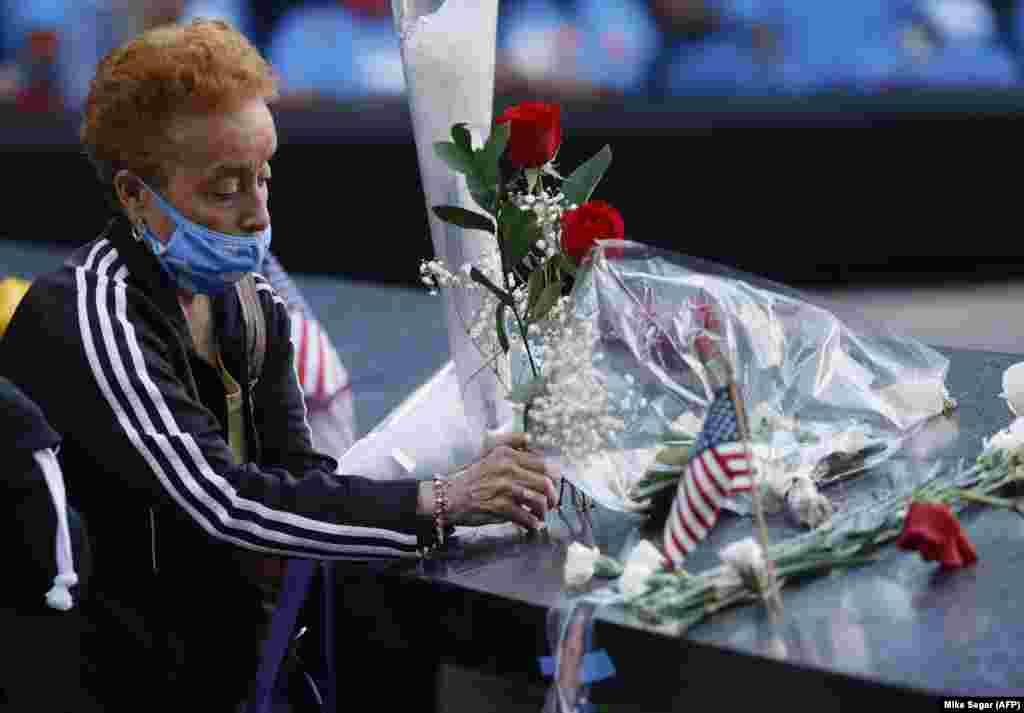 Një grua vendos lule në Memorialin e viktimave të 11 shtatorit. Nju Jork, 11 shtator 2021.