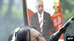 Изоляционистская «Самооборона» Анджея Леппера (на заднем фоне на предвыборном плакате) воевала с Качинскими недолго, но упорно. В новое правительство ее едва ли пригласят