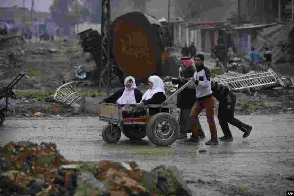 Civilians flee the city of Mosul as Iraqi forces advance in their massive operation to retake Iraq's second city from Islamic State extremists. (AFP/Ahmad Gharabli)
