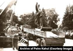 У заходнеўкраінскім Тэрнопалі знімаюць помнік Леніну. 8 жніўня 1990 г.