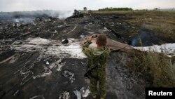 Боец самопровозглашенной ДНР фотографирует обломки Boeing. На память?