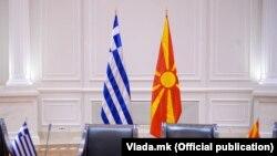 Илустрација: Знамиња на Грција и Македонија