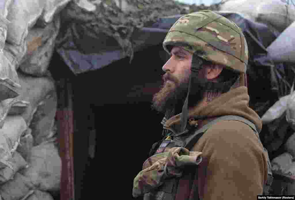 Egy ukrán katona áll őrt Donyeckhez közel. A Kreml szóvivője, Dmitrij Peszkov szerint nincs mitől tartani, és az orosz csapatok mozgósítása a határvonalakon belül szigorúan belügyi kérdés.