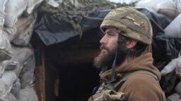 Украинский военнослужащий на страже возле оккупированного Донецка. Представитель президента России Дмитрий Песков ранее заявлял, что Россия «перемещает войска в пределах собственной территории по своему усмотрению, и это никого не должно касаться». Такой была его реакция на то, что главнокомандующий Вооруженных сил Украины Руслан Хомчак заявил, что Россия под видом подготовки к стратегическим учениям «Запад-2021» стягивает со всей территории тактические группы к восточным границам Украины