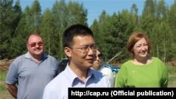 Представитель китайской госкорпорации Ван-Ге (посередине), главный агроном Олег Яндимиркин (слева), И.о. министра сельского хозяйства Чувашии Татьяна Рябинина (справа)