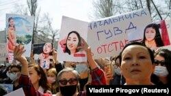 """Emberek tüntetnek a kirgiz belügyminisztérium épülete előtt az intézmény vezetésének lemondását követelve. A tüntetők Aizada Kanatbekova """"elrabolt menyasszony"""" feltételezett meggyilkolása és a rendőrség feltételezett passzivitása miatt vonultak az utcákra 2021. április 8-án."""