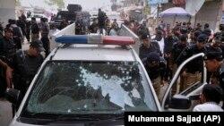 حمله کنندهگان ناشناس با پرتاب بم دستی به سوی یک موتر پولیس درشهر پشاور یک افسر پولیس را کشته اند.