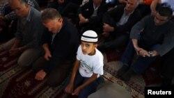 Мусульмане молятся в мечети сербского города Нови-Пазар.