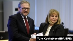 Ռուսաստան - ԿԸՀ նախագահ Էլլա Պամֆիլովան Գրիգորի Յավլինսկուն է հանձնում նախագահի թեկնածուի վկայականը, Մոսկվա, 7-ը փետրվարի, 2018թ․