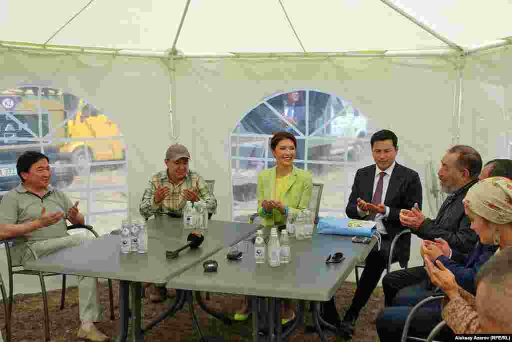 Алия Назарбаева пообщалась со съемочной командой, с актерами. Благодарила их за проделанную работу. Сказала, что презентация фильма после его создания пройдет, по-видимому, в Астане. В конце народный артист Казахстана Нуржуман Ыхтымбаев (третий справа) произнес бата.