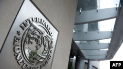 شعار صندوق النقد الدولي عند مدخل مقره في واشنطن