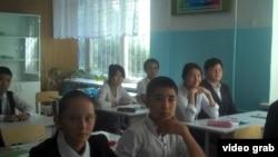 Ученики средней школы № 23 в селе Тонкерис. Алматинская область, 5 сентября 2014 года.