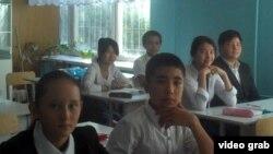 Ученики средней школы за партами в учебном кабинете. Иллюстративное фото.