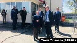 შეხვედრის მონაწილეები ქართული პოლიციის საგუშაგოზე, ენგურის ხიდთან