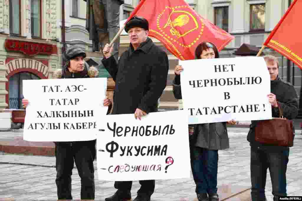 """Пикетка теләктәшлек белдергән """"Русия коммунистлары"""" фиркасе вәкилләре үз байракларын күтәреп чыкты"""