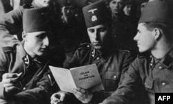 سربازان بوسنیایی پیوسته به ارتش اساس در حال خواندن کتابی درباره اسلام و یهودیت