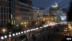 Berlin 25 godina posle osvetljeni baloni umesto nekadašnjeg Zida u blizini Brandenburške kapije, 7. novembar 2014.
