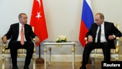 Встреча президента РФ Владимира Путина (справа) и президента Турции Реджепа Эрдогана в Санкт-Петербурге, 9 августа 2016 г.