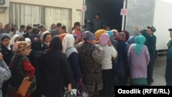Жители Андижана стоят в очереди за картошкой.