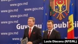 Stefan Fule și Vlad Filat la Chișinău în septembrie trecut