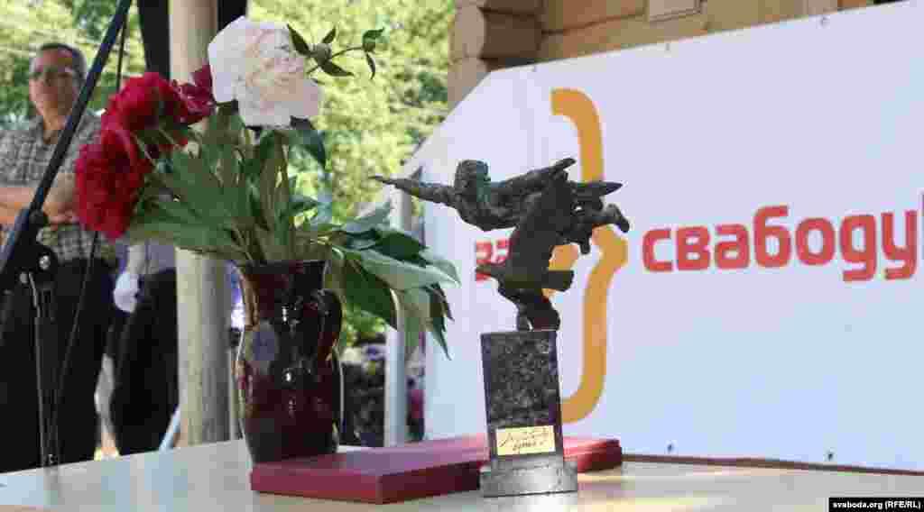Узнагарода ляўрэату прэміі «Засвабоду думкі імя Васіля Быкава»