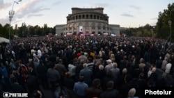 Demonstrasiýaçylar prezident Serž Sarkisýanyň hökümetiniň iş başyndan çekilmegini talap etdiler.
