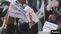 Протести в Сирії. На плакатах написано, зокрема, «Скоро!»