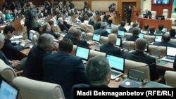 Депутаты мажилиса на пленарном заседании.
