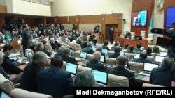 Депутаты мажилиса парламента Казахстана на заседании. Астана, 25 марта 2016 года.