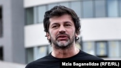 Участники акции протеста предвыборный слоган мэра Кахи Каладзе «Тбилиси – полный жизнью город» переделали «в полный смертью город»