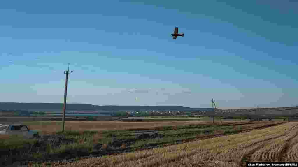 Tarlalar üzerinde raatlanğanlarnen küçük bir uçaq uça