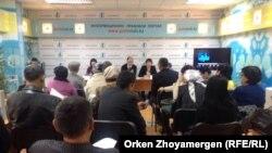 Астана маңындағы Қоянды ауылының тұрғындары жер дауына қатысты жиында. Астана, 5 қараша 2014 жыл.