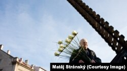 Скульптор Алеш Веселы рядом со своей работой
