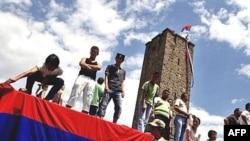 Действительно ли сербы верят, что могут отстоять Косово при помощи России? Делегация из Белграда отмечает годовщину исторической битвы на Косовом поле