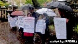Кыргызстандык бейөкмөт уюм өкүлдөрү пикетте. 21-октябрь, 2010-жыл.