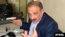 Журналист газеты «Зеркало» Рауф Миркадыров в студии АзадлыгРадиосу. 2009