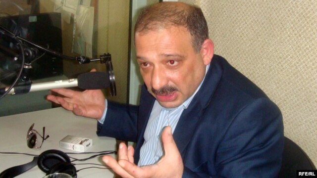 Azerbaijani journalist and commentator Rauf Mirqadirov (file photo)