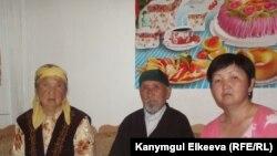 Токтогул Бейшалиев кемпири жана кызы менен. Бишкек, 8-май, 2013.