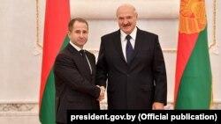 Президент Белоруссии Александр Лукашенко и посол России в Минске Михаил Бабич (слева)
