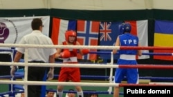 Бой между спортсменками в рамках чемпионата мира по боксу среди юниорок. Албена, 27 сентября 2013 года.