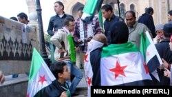 معارضون سوريون قبالة الجامع الازهر في القاهرة
