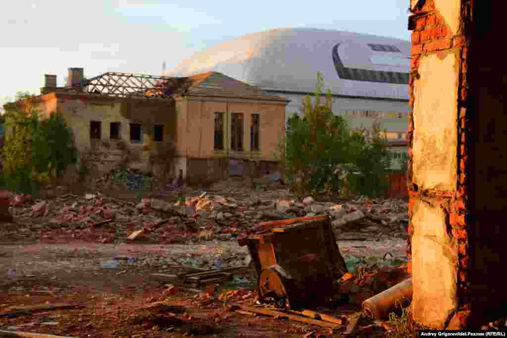 """Как, например, корпуса завода """"Сантехприбор"""", над которыми возвышается надувной купол Академии тенниса Шамиля Тарпищева — новая доминанта Адмиралтейки."""